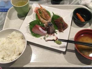 小笠原諸島へ向かうおが丸内レストランの刺身定食