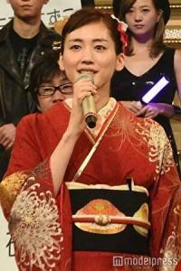 綾瀬はるかが紅白で着物を着て司会しているところ