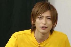 鍵本輝が黄色のTシャツを着ている昔の画像