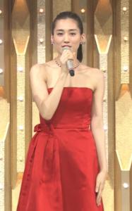 綾瀬はるかが赤のオフショルダードレスを着て紅白の司会を務めているところ