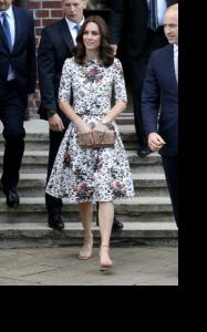 キャサリン妃が花柄ワンピースを着て公務されているところ