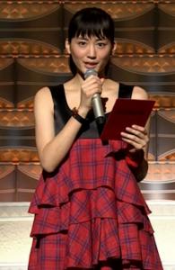 綾瀬はるかが赤のチェックワンピを着て紅白の司会をしているところ
