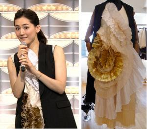 綾瀬はるかがブランドの衣装を着て紅白の司会をしているところ