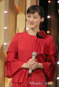 綾瀬はるかが赤のドレスを着て紅白の司会をしている様子
