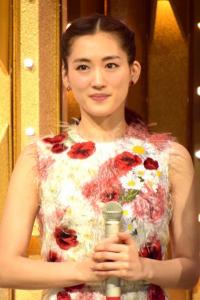 綾瀬はるかが花柄のワンピースを着て紅白の司会を務めているところ