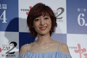 神田沙也加がインタビューに答えているところ