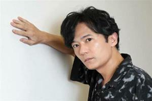稲垣吾郎が雑誌の取材に答えているところ