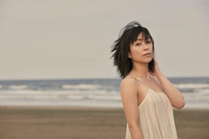 宇多田ヒカルが浜辺でポーズを決めているところ