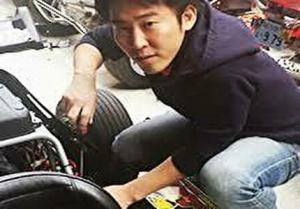 MARI社社長の山崎雄介が車いじりしているところ