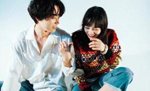 小松菜奈と菅田将暉が仲良さそうにしているところ