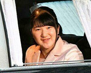 愛子さまが笑顔で車内から微笑んでいるところ