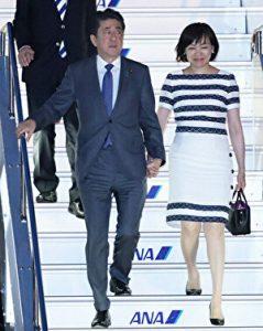 安倍首相と安倍昭恵夫人が飛行機から降りる様子