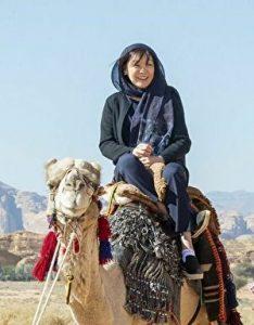 安倍昭恵夫人がラクダに乗っているところ