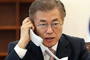 文在寅大統領が電話で話しているところ