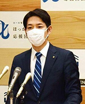 マスクを付けて会見する鈴木直道