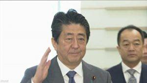 安倍総理が右手を挙げているところ