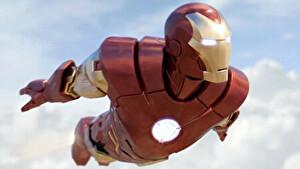 アイアンマンが空を飛んでいるところ