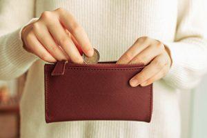 財布に小銭を入れるところ