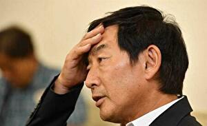 石田純一がおでこに手をやっているところ