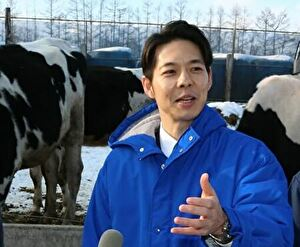 牛の前で会見する鈴木直道