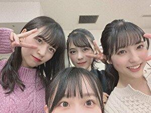 乃木坂の金川紗椰と他のメンバーの集合写真