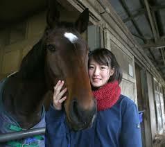 藤田菜七子騎手が馬と寄り添っているところ
