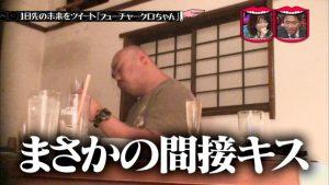 レイちゃまのグラスを舐めるクロちゃん