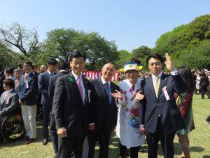 西村康稔大臣の全身写真