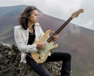 木暮武彦のギタープレイ姿