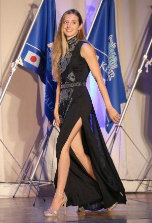 ミカエルミシェルのドレスでの全身画像
