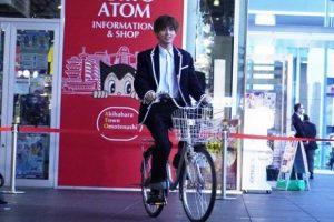 永瀬廉が自転車に乗っている姿
